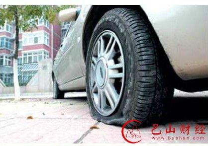 老人两年扎破上千只车胎 因离婚丧子发泄搞破坏